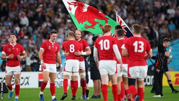 Alun Wyn Jones consuela a sus jugadores de Gales después de su derrota de bronce en la Copa Mundial de 2019 ante Nueva Zelanda